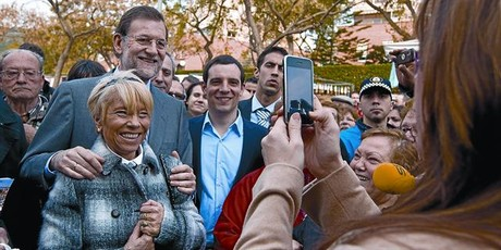 Una foto con el lder 8 Camacho fotografa a una simpatizante del PP con Rajoy y el candidato a la alcalda de Castelldefels, Manuel Reyes.