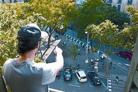 Cámara accidental 8 C. A. señala el lugar donde sucedió la agresión, desde el balcón que usó para grabarla, en la plaza de Goya.