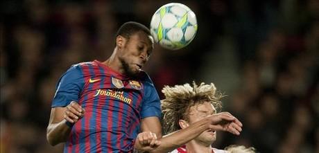 Keita cabecea ante Rolfes, en un Barça-Bayer Leverkusen, en marzo en elCamp Nou.