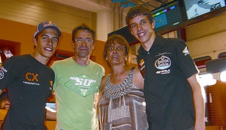 Juli y Roser, padres de Marc y lex Mrquez, celebran ayer en Mugello el anuncio de Honda. 