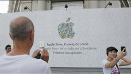 Unos turistas se fotografan ante la nueva tienda de Apple del paseo de Grcia.