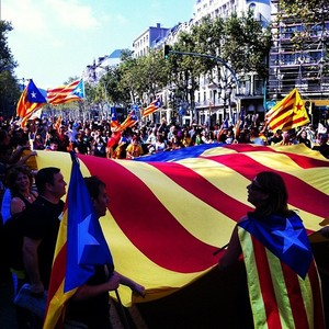@albert_ribas fotografa una estelada gigante en las calles de Barcelona