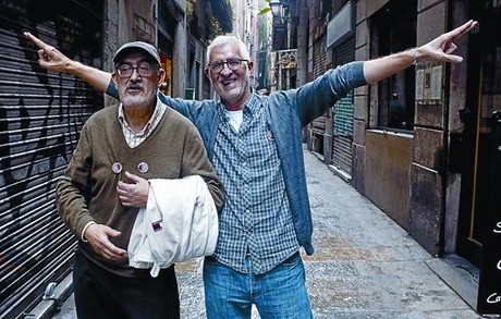 Juan Mediavilla y Miguel Gallardo (derecha), ayer en el barrio de la Merc, que como el de la Ribera inspiraron las correras de Makoki.