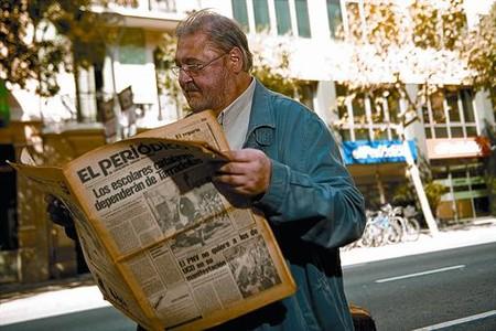 Franco llegeix el primer exemplar d'EL PERIÓDICO, davant l'actual redacció.