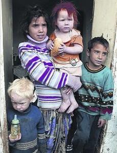 Varios de sus hijos, fotografiados en la localidad búlgara de Nikolaevo, donde viven, ayer.