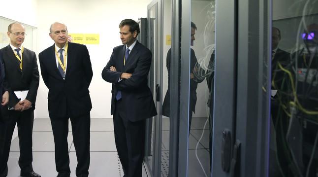 El ministre de l 39 interior visita el centre de dades de les for Ministre interior