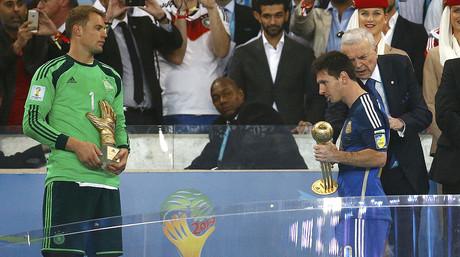 Leo Messi, con el Balón de Oro que lo acredita como mejor jugador del Mundial, y Manuel Neuer, con el Guante de Oro como mejor meta