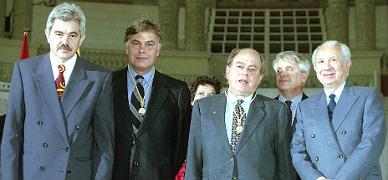 De izquierda a derecha, Pasqual Maragall, Felipe Gonz�lez, Jordi Pujol (estos dos �ltimos, con la Medalla de Oro de Barcelona), Joan Clos y Juan Antonio Samaranch, en 1996.