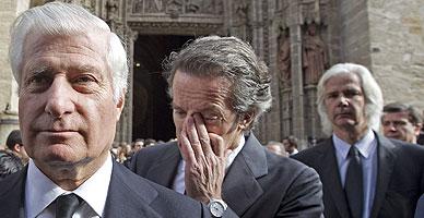 Carlos Fitz-James (izquierda), seguido por el viudo, Alfonso D�ez y Jacobo, el viernes a las puertas de la catedral de Sevilla
