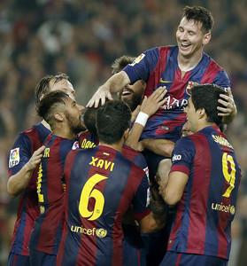 Piqu�, Rakitic, Alves, Neymar, Xavi, Alba y Su�rez levantan en hombros a Messi, el s�bado en el Camp Nou