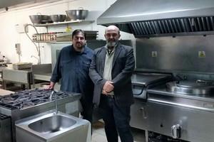 Manel Lorca y Xavier Altozano, responsables de Aprèn Jugant y Movie Blues, escenifican el acuerdo entre las dos compañías en una cocina industrial.