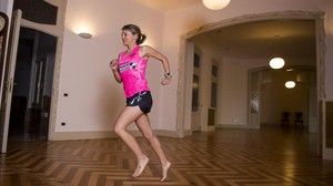 María Vasco corre descalza en el interior de uno de los pisos de La Pedrera.