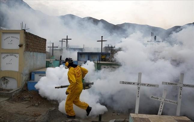 Fumigación preventiva contra el virus Zika y otras enfermedades transmitidas por mosquitos en el cementerio de Carabayllo en las afueras de Lima, Perú.