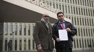 De izquierda a derecha, Manuel B., pardre de una de las víctimas, y su abogado, Iban Fernández.