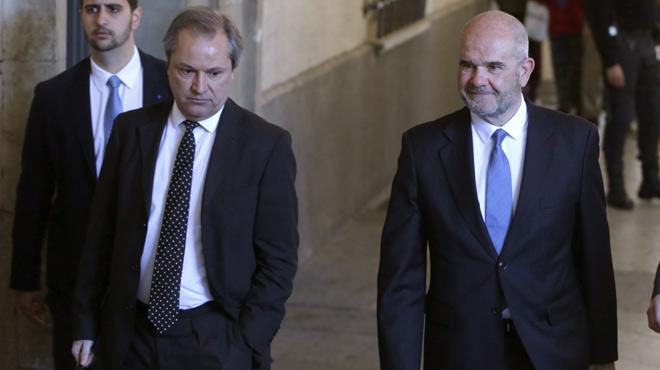 Chaves y Griñán llegan a los juzgados de Sevilla al grito de ¿chorizo¿