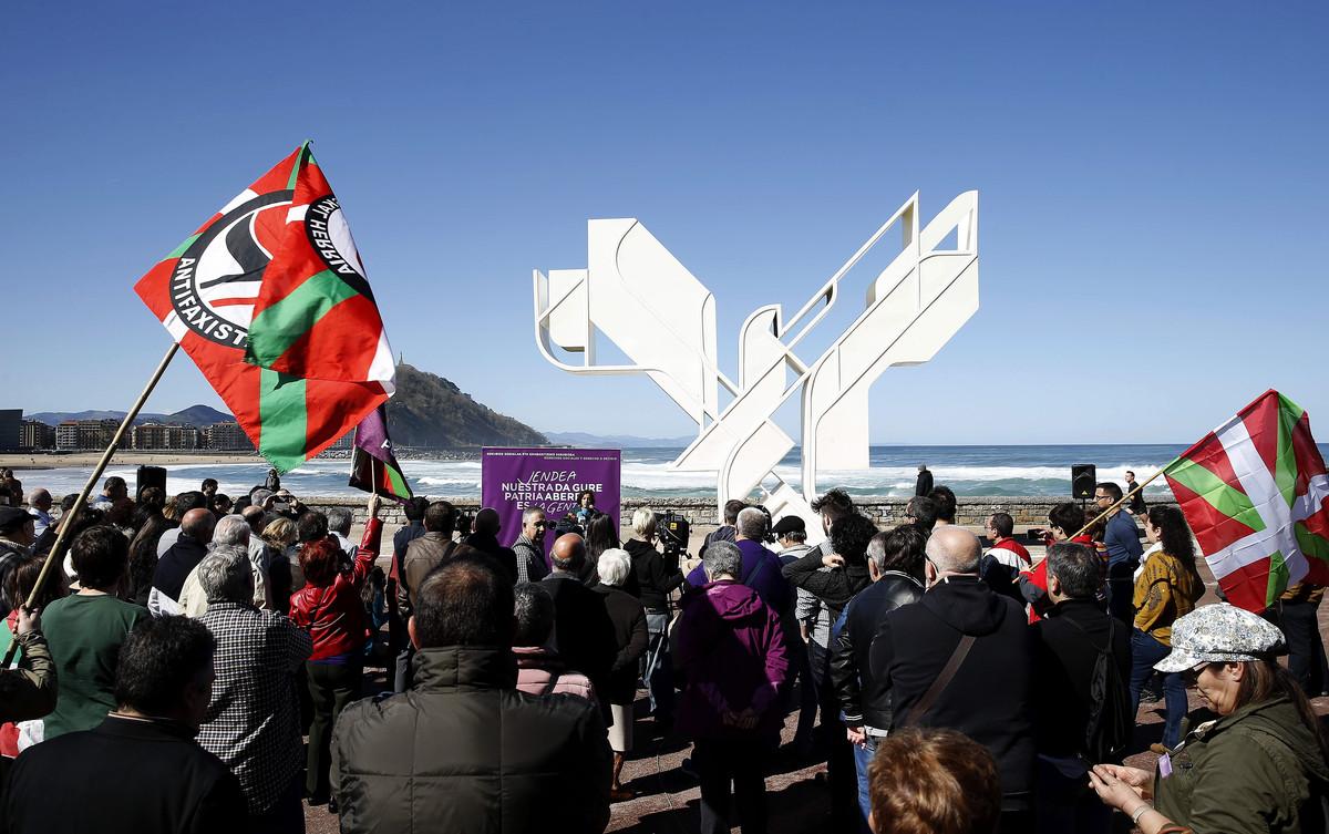 Podemos ha celebrado el Aberri Eguna con un acto simbólico ante la Paloma de la Paz de San Sebastián.