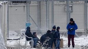 Una familia en elcampo de refugiados de Moria.