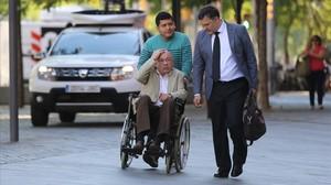 Fèlix Millet llega a la Ciutat de la Justícia junto a su abogado Abraham Castro (con corbata).