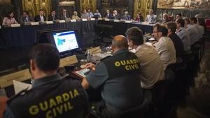 La Junta Local de Seguridad reunida en el ayuntamiento de Barcelona.