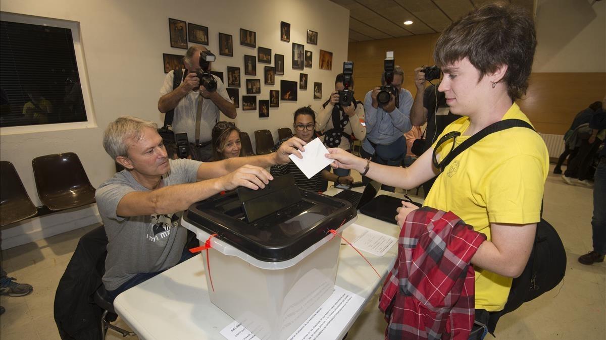 Votaciones en el IES Martí i Franques de Tarragona.