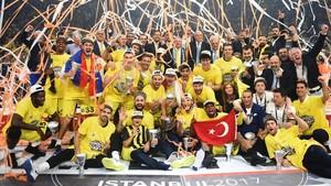 Los jugadores del Fenerbahçe celebran el título europeo en mayo pasado