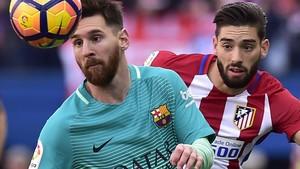 Messi pugna con Carrasco en un partido con el Atlético de la pasada temporada