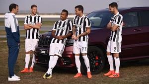 Entrenador y jugadores de la Juventus con Jeep