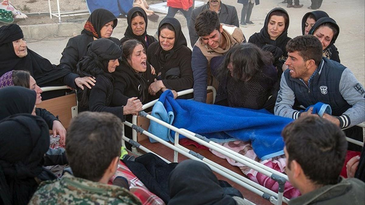 zentauroepp40928111 people react next to a dead body following an earthquake in 171113084648