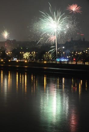 Fuegos artificiales la noche de fin de año.