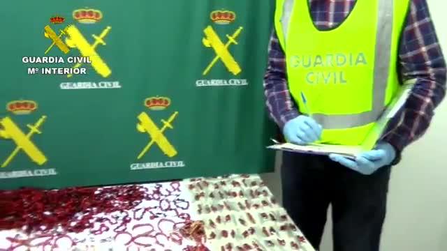 La Guardia Civil ha retirado del mercado 334 pulseras y pendientes que contenían semillas tóxicas muy peligrosas