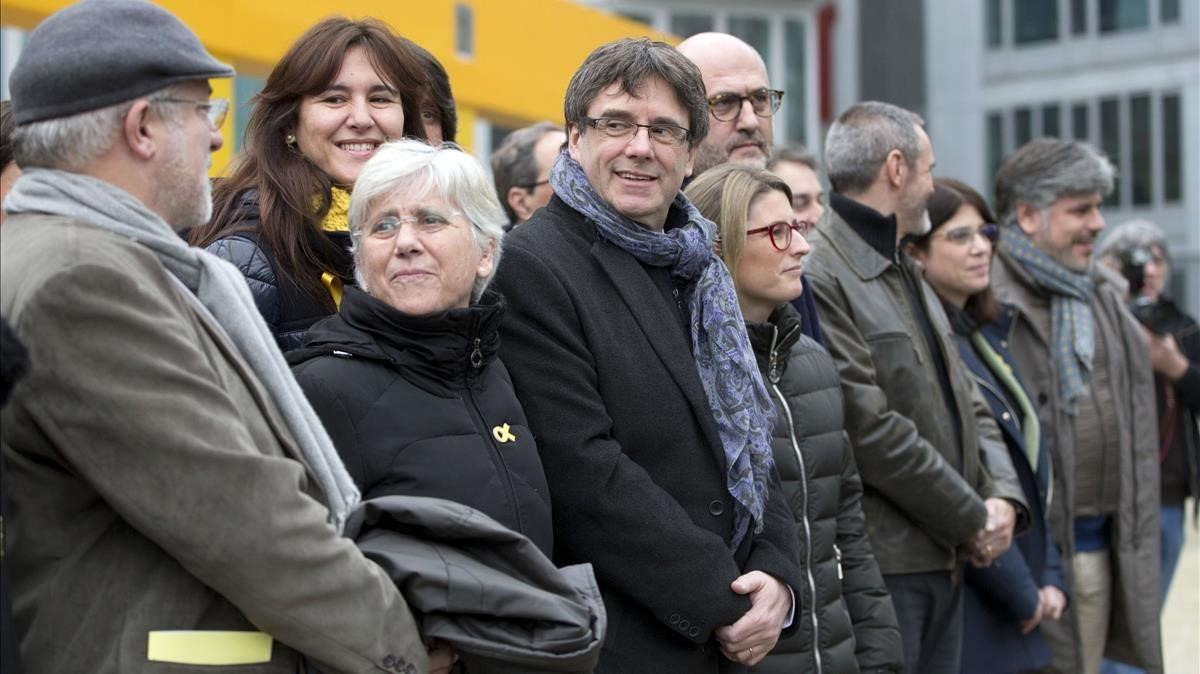 zentauroepp41572617 ousted catalan leader carles puigdemont center stands with180112135252