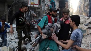 Un hombre saca el cad�ver de un ni�o de una casa alcanzada por un bombardeo en Alepo.