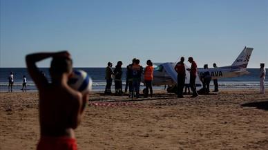 Moren dos banyistes a l'aterrar una avioneta en una platja portuguesa