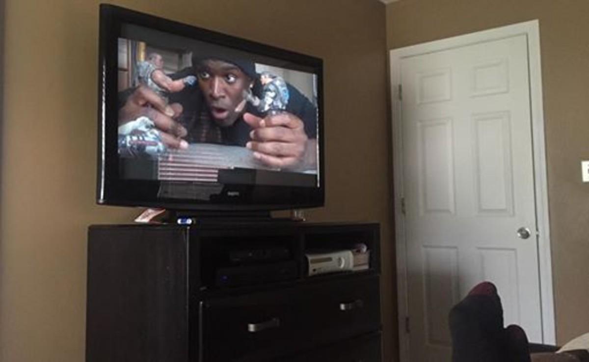 Un actor compra una película pirata y aparece el vendedor ambulante explicándola con muñecos