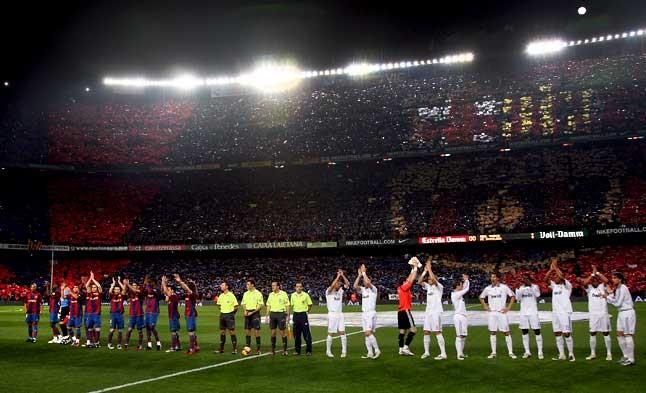 Ambiente de gala. Los jugadores del Barça y del Real Madrid saludan a los asistentes al Camp Nou, que los reciben con un mosaico. 23 de diciembre del 2007.