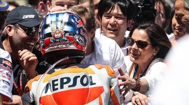 Basi, la madre de Dani Pedrosa, felicita a su hijo por su victoria en Jerez.