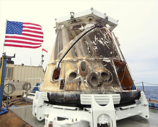 La nave espacial privada 'Dragon' regresa con éxito a la Tierra