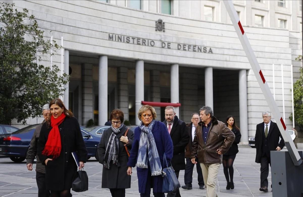 Familiares de las víctimas del accidente del avión YAK 42 salen del Ministerio de Defensa tras ser recibidos por Maria Dolores de Cospedal.