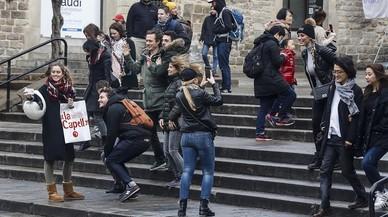 """Barcelona veu com una """"presa de pèl"""" la treva proposada per Airbnb sobre els pisos turístics"""
