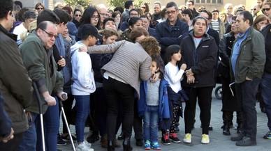 La alcaldesa de Santa Perpetua,Isabel Garcia,consuela a los hijos de la victima durante la concentracion.