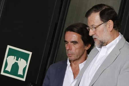 Jos� Mar�a Aznar y Mariano Rajoy, ayer por la ma�ana, en el campus de FAES.