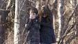 Dos niños del colegio Sandy Hook de Newtown lloran la muerte de sus amigos a manos de un asesino que entró en la escela y mató a 20 niños de 6 y 7 años y a seis adultos.