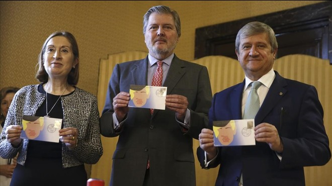 Los ministros en funciones de Educacion,�nigo M�ndez de Vigo (en el centro)y Fomento, Ana Pastor, y el presidente de Correos,Javier Cuesta Nuin, en la presentaci�n de un sello contra el acoso escolar.