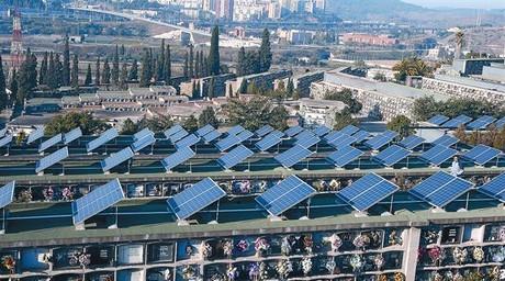 Placas fotovoltaicas en el cementerio de Santa Coloma de Gramenet.