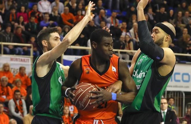Moussa Diagné controla el balón entre los verdinegros Vidal y Jordan