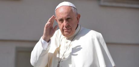 El papa Francisco saluda a los fieles congregados en la plaza de San Pedro durante una audiencia general.