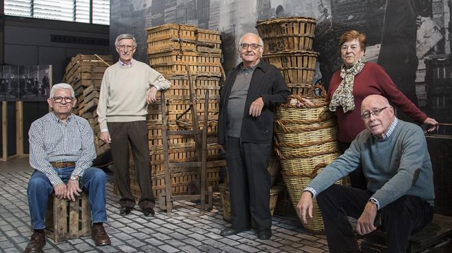El Born Centre de Cultura i Memòria ha instalado'La paradeta de la memòria'con la colaboración de antiguos vecinos y vendedores queexplican sus recuerdos con motivo de la exposición conmemorativa 'El Born, memòria de un mercat'