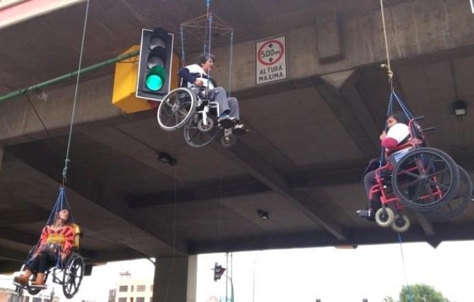 Personas con discapacidad se cuelgan de un puente en Bolivia.