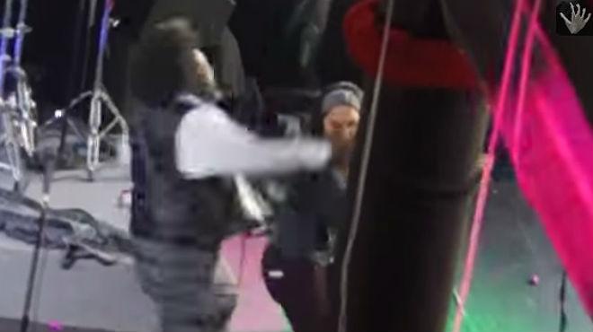 Brutal agressió del raper Afroman a una fan a l'escenari