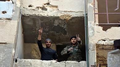 Syrian soldiers in Aleppo's eastern Masaken Hanano area